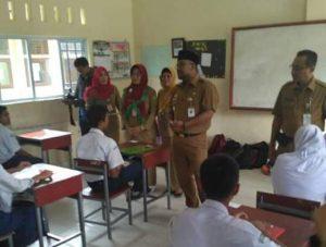 Walikota Tanjungpinang H. Lis Darmansyah, SH meninjau pelaksanaan Ujian Nasional Berbasis Komputer (UNBK) Tingkat SMP di Kota Tanjungpinang.