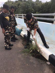 GM-FKPPI Tanjungpinang, Bersihkan Jembatan Dompak,Rabu sore (30/11).