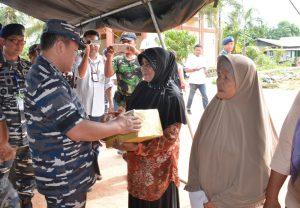 Pangarmabar, Laksamana Muda TNI Aan Kurnia, S.Sos memberikan bantuan kepada Tanjung Uban.