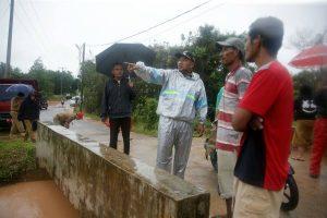 Walikota Tanjungpinang, H. Lis Darmansyah, SH meninjau langsung titik bajir di wilayah Jalan Sri Andana Km. 8 atas Tanjungpinang, Selasa (30/5).