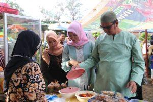 Bupati Bintan Kunjungi Stand Bazar Ramadhan Di Kijang