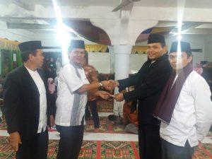 Senator DPD RI Nofi Chandra serahkan bantuan buat pemuda Nagari Malalo Tanah Datar dan berpesan kegiatan keagamaan harus berkesinambungan di nagari itu, Rabu 21/6 (foto: rusmel)