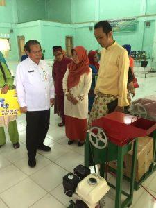 Kepala Dinas Pendidikan Kepri Arifin Nasir dan Kasi Sarpras SMA, Irwan Panggabran menyerahkan mesin pencacah sampah organik kepada SMAN 1 Toa Paya