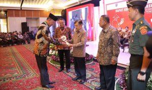Wakil Presiden Jusuf Kalla memberikan penghargaan kepada kabupaten, kota, dan provinsi yang Tim Pengendalian Inflasi Daerah-nya (TPID) mampu menjaga inflasi